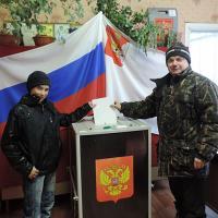 Алексей и Юрий Солины на избирательном участке в с.Архангельском.