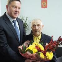 О.Кувшинников лично вручил ветерану Н.И.Помощникову орден Красной Звезды.
