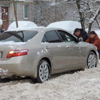 Без помощи случайных прохожих из снежного плена не выбраться.