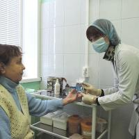 В.Холодилова решила пройти диспансеризацию. Медсестра Центра здоровья Н.Перцева берет на анализ кровь.