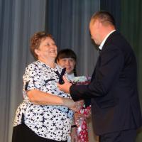 Т.Кихтянина с радостью принимает награду из рук В.Зворыкина.