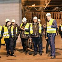 Генеральный директор Сокольского ДОКа К.Пастухов знакомит гостей с производством.