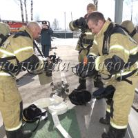 Прибыв на место происшествия, пожарные первым делом начинают поиск и спасение пострадавших.