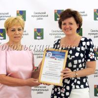 Вручение ценного сертификата - важное событие и для А.Никитиной, и для Н.Хамитгалеевой.