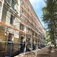 Здание бывшего общежития «закрылось лесами». Здесь начался ремонт фасада и кровли.